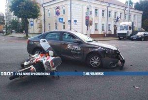 На улице Киселева произошла авария с участием такси и мотоцикла