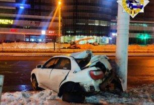 На Дзержинского Mercedes ушел в занос и протаранил Subaru, а тот после столкновения влетел в столб