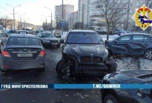 На Гинтовта водитель BMW нарушил правила обгона и протаранил три авто