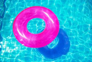 Надувной круг для плавания научит ребенка держаться на воде