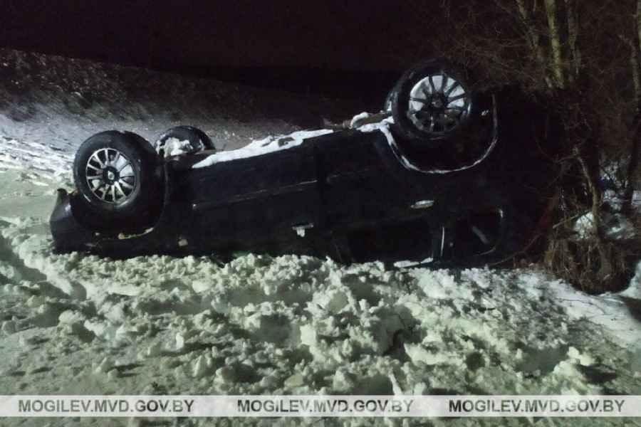 Под Могилевом пьяный водитель опрокинул в кювет Nissan X-Trail