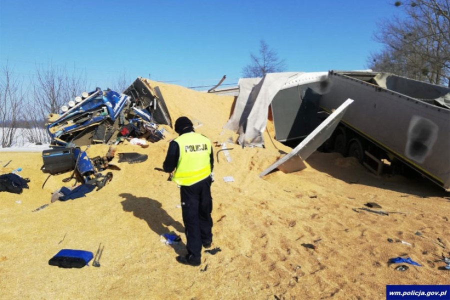 В Польше от грузовика оторвался полуприцеп и влетел во встречную фуру — погиб водитель из Беларуси