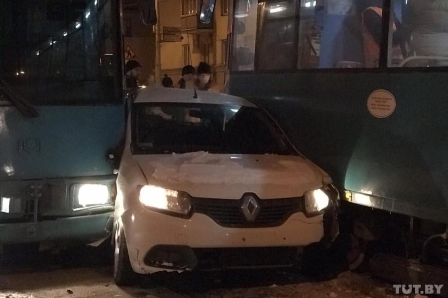 В Минске Renault зажало между двумя трамваями (фотофакт)