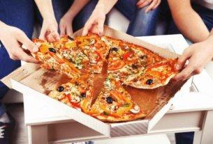 Если вы решили заказать готовую еду на дом или в офис, количество предложений вам будет предоставлено огромное. Сегодня услуги доставки осуществляют как сами рестораны, так и специализированные службы. Если вы решили, например, заказать пиццу, но у вас нет номера телефона достойной компании, вам следует заранее узнать несколько важных моментов. Особенности выбора службы доставки Мы рекомендуем вам всегда прибегать к услугам одного и того же ресурса по доставке готовой еды. Ведь в таком случае вы можете быть уверены в высоком качестве сервиса. А также получать (как постоянный клиент) различные скидки и бонусы. Выбирайте организацию, ориентируясь на следующие критерии: Разнообразие меню. Сегодня вам хочется попробовать блюда итальянской кухни: пасту и пиццу. Но уже завтра вы можете захотеть суши и роллы. Поэтому, чем больше предложений в меню, тем лучше; Наличие собственного сайта. Выбирать блюда по печатным каталогам удобно. Однако еще удобнее, когда вся информация находится у вас перед глазами на экране ПК или смартфона. Вы сможете узнавать состав и вес кушаний, некоторые указывают калорийность продукции; Условия доставки. В борьбе за клиентов, некоторые службы доставляют заказы совершенно бесплатно. Другие просят за услуги курьера определенную сумму. Узнать всю необходимую информацию обычно также можно на сайте; Акции и бонусные предложения. Вы можете получать все более привлекательные условия заказа, участвуя во всевозможных акциях. Так, постоянным клиентам может быть предложена накопительная карта скидок. Что необходимо учитывать перед заказом? Если вы нечасто заказываете готовую еду на дом, то вам необходимо знать следующее: Срок доставки напрямую зависит от времени суток. В «часы пик», когда количество клиентов максимальное, многие службы просто не справляются с заказами. Ухудшить ситуацию может и сложная транспортная обстановка; В отдаленные районы города некоторые службы еду отправлять отказываются. Если к вашему дому невозможно подъехать или вы проживаете за