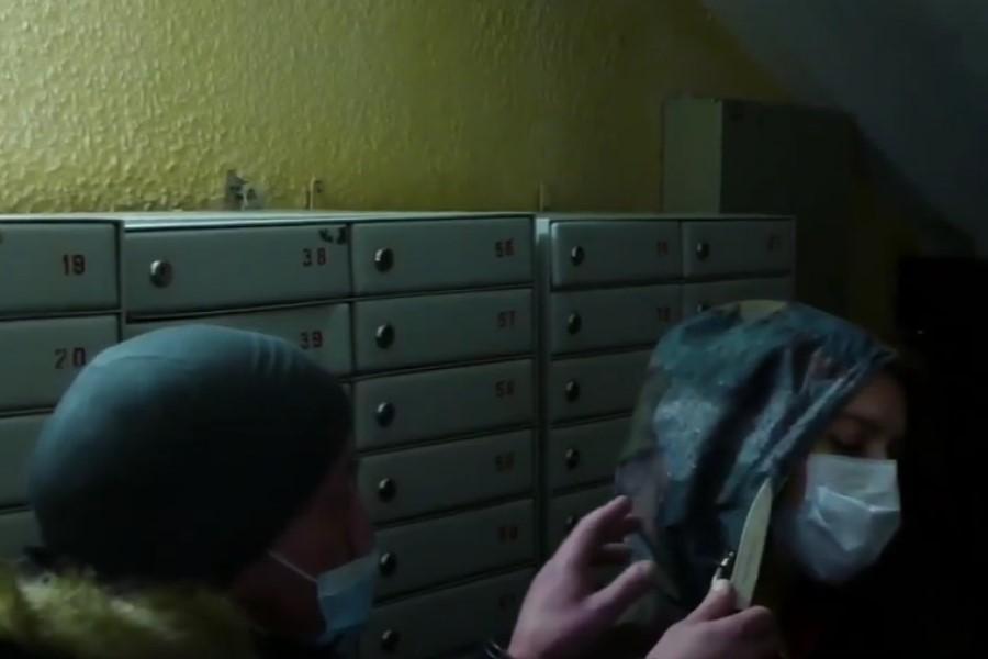 В Минске мужчина пытался ограбить женщину в подъезде. Когда она стала звать на помощь, ударил ножом в шею