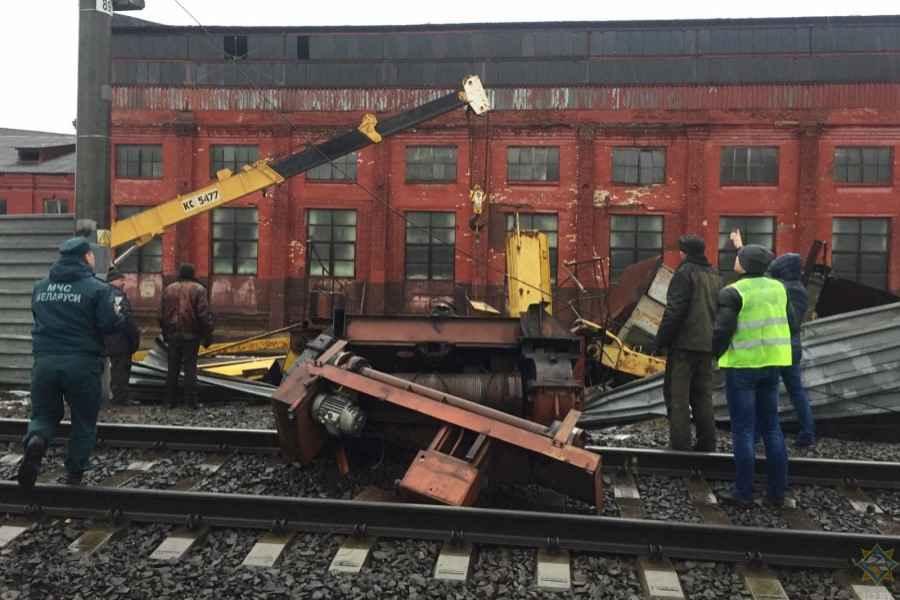 В Минске кран упал на железнодорожные пути
