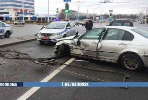 В Минске пьяный на BMW пробил ограждение и влетел в Ford. Видео