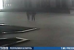 В Минске мужчина разбил молотком стекло в Доме правительства — его задержали
